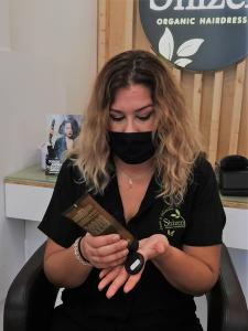 aplicación productos cabello liso